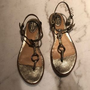 [frye] gold crackle leather thong buckle sandals